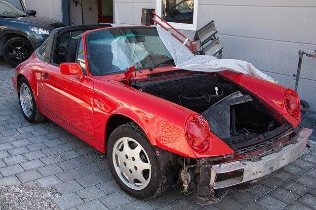 Szpachla samochodowa na starym samochodzie