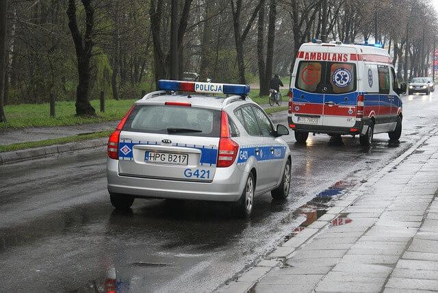 radiowóz policji oraz karetka