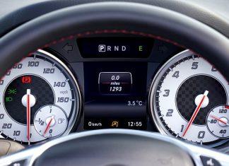 zegary z zapaloną kontrolką wspomagania