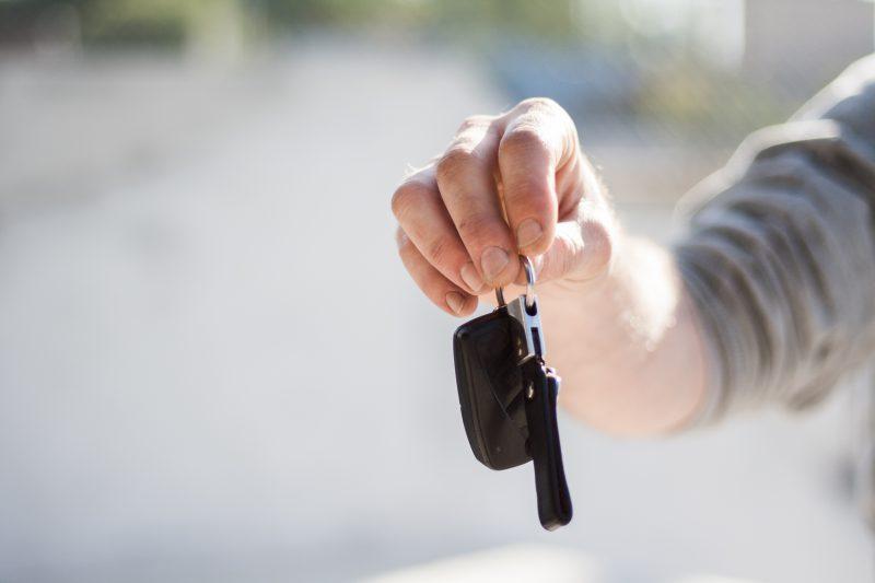 Zatrzaśnięte kluczyki w aucie – jak sobie poradzić?