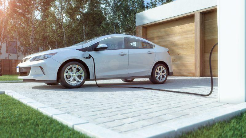 Popularność w pełni elektrycznych samochodów systematycznie rośnie. Nic w tym dziwnego. Znaczne oszczędności zachęcają kolejne osoby do zmiany pojazdów na elektryczne. Choć zasięg samochodów tego typu jest coraz dłuższy, to prędzej czy później pojawi się konieczność uzupełnienia energii w akumulatorach. Domowa stacja ładowania samochodu